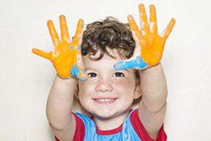 Nio mostrando sus manos pintadas